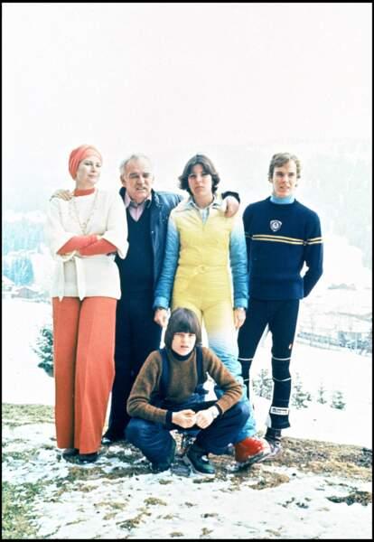 Le prince Albert de Monaco avec ses soeurs Caroline et Stéphanie et ses parents en 1976.