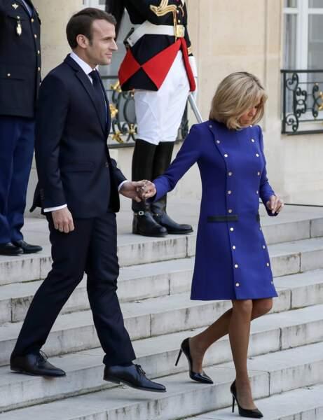 Brigitte Macron ne change pas ses habitudes mode et dévoile son incroyable jeu de jambes dans une robe bleue
