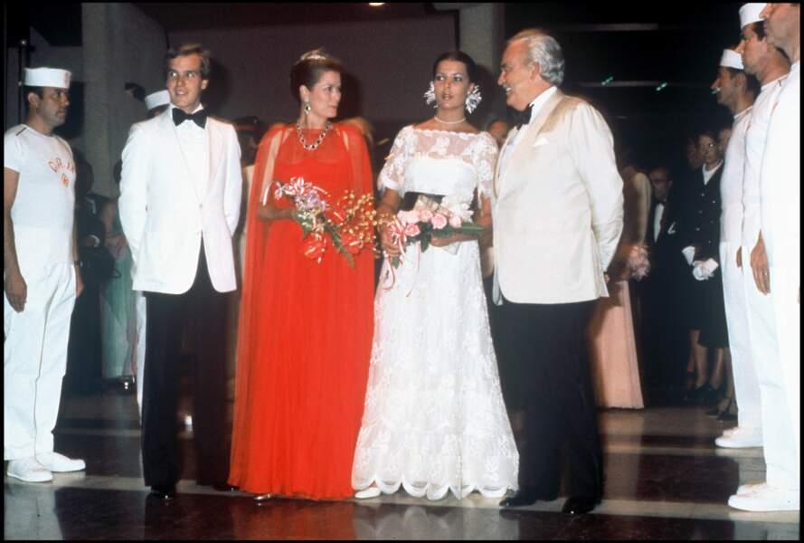 Le prince Albert au bal de la Croix Rouge en 1976 avec ses parents et sa soeur Caroline.