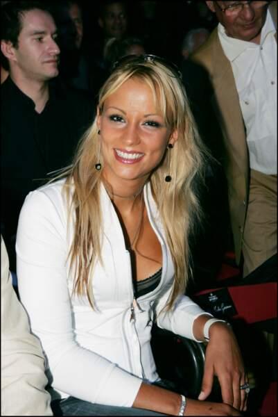 Elodie Gossuin au défilé de mode prêt-à-porter Smalto pour hommes le 5 juillet 2004, à Paris.