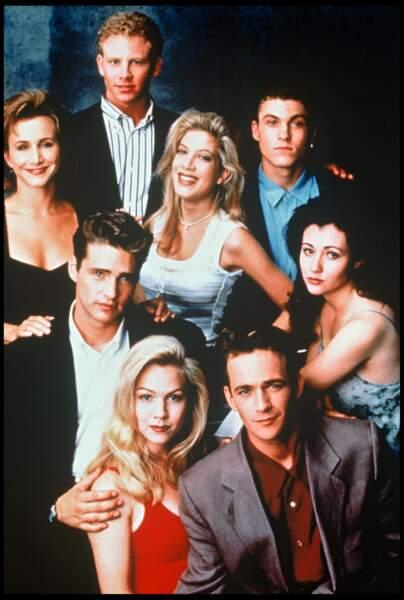 Luke Perry entouré du cast de la série Beverly Hills 90210 en 1990