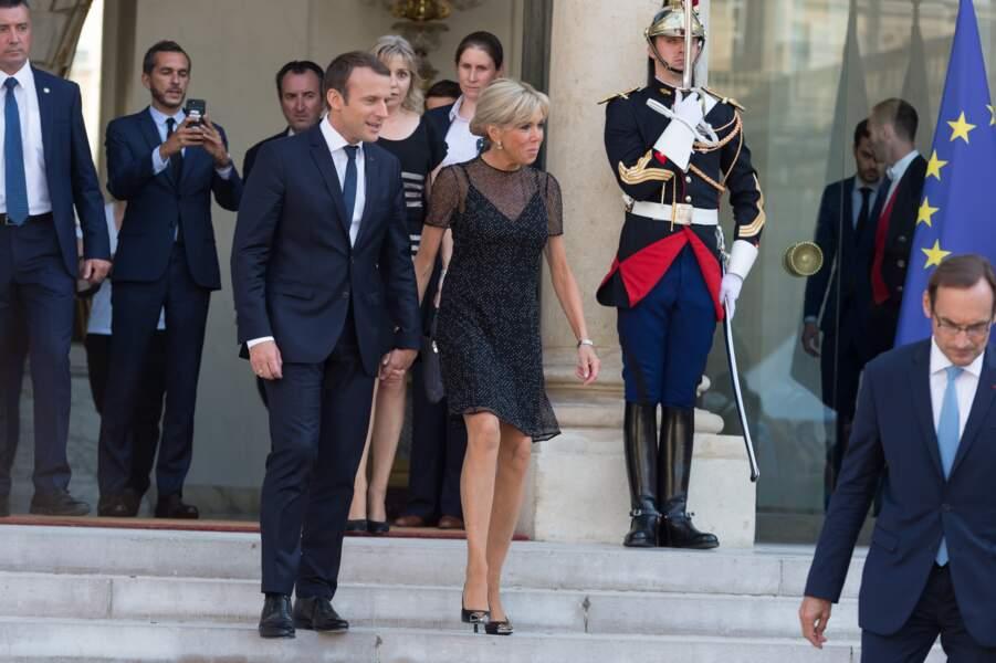 Brigitte en robe légère aux côtés d'Emmanuel Macron pour accueillir le président colombien