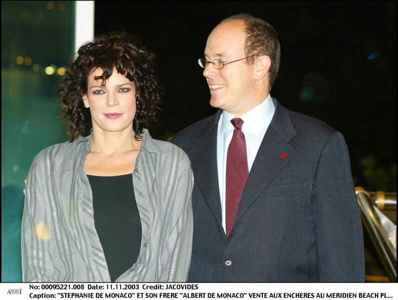 Le prince Albert II de Monaco et sa soeur Stéphanie lors d'une vente aux enchères en 2003.