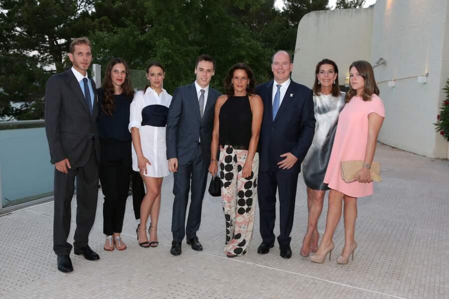 Le prince Albert de Monaco avec ses soeurs et ses neveux et nièces en 2015.