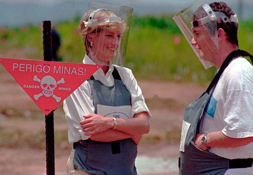Dans les années 90 Diana intensifie son engagement dans la lutte contre les mines antipersonnel.
