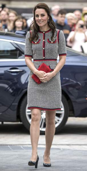 Kate Middleton en robe tweed chic façon Jackie Kennedy