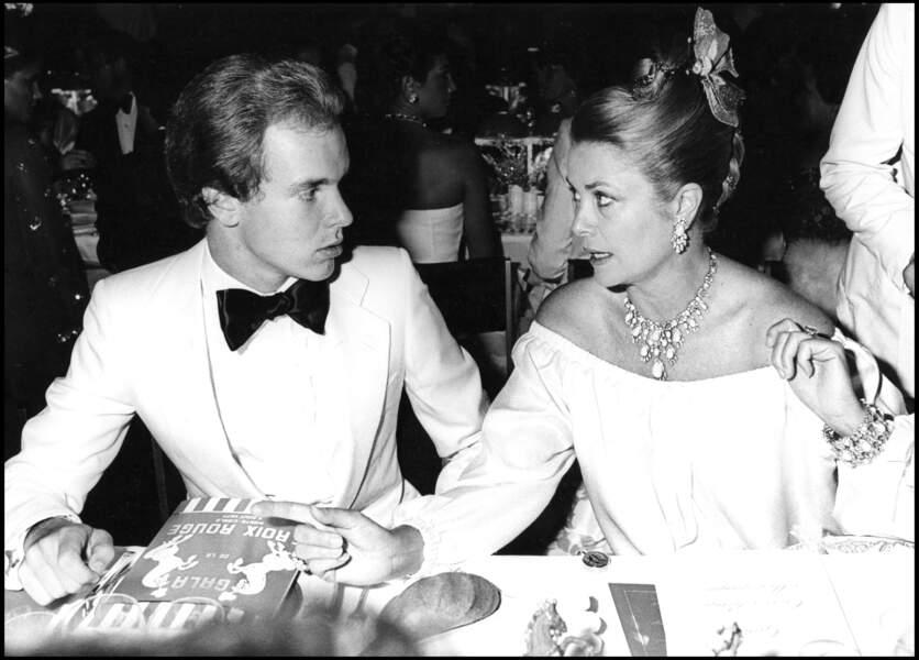 Le prince Albert de Monaco et sa mère la princesse Grace en 1977 au gala de la Croix Rouge.