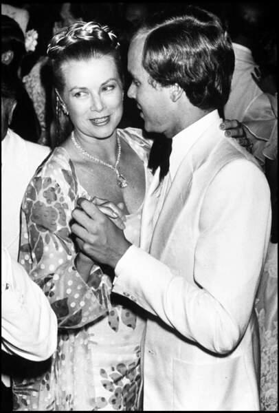 Le prince Albert de Monaco et sa mère la princesse Grace au bal de la Croix rouge en 1979.