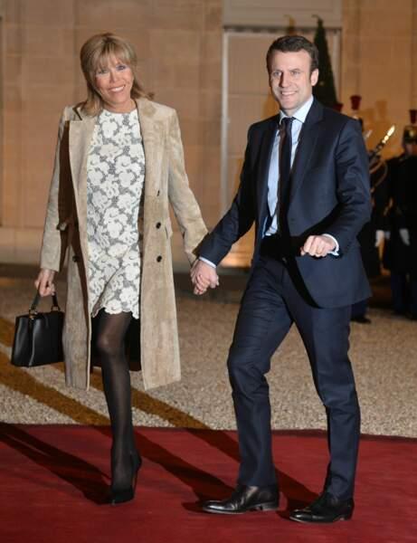 Brigitte Macron en robe en dentelle blanche