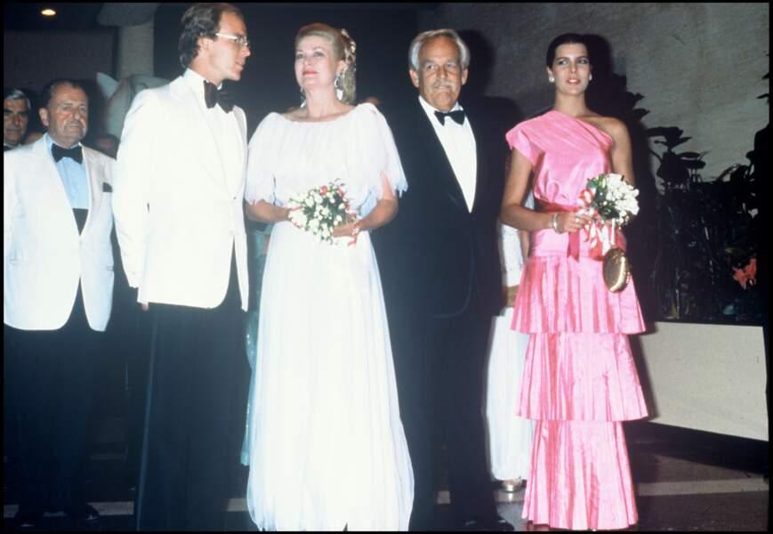 Le prince Albert de Monaco avec ses parents et sa soeur Caroline au bal de la Croix Rouge en 1980.