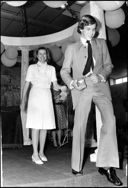 Le prince Albert de Monaco en train de danser sous le regard de sa mère la princesse Grace en 1976.