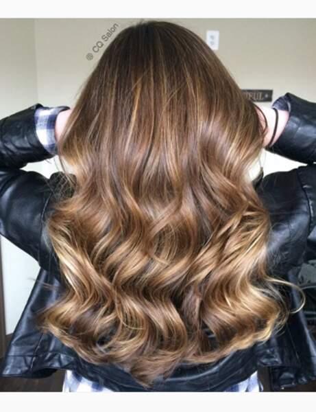 La coloration foilyage sur cheveux bouclés