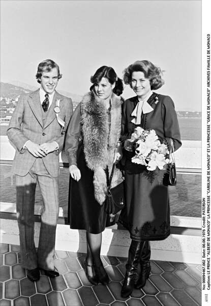 Le prince Albert de Monaco, sa mère la princesse Grace et sa soeur Caroline en 1976.