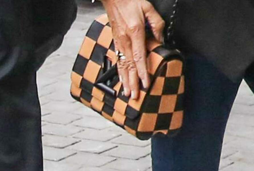 Un sac Louis Vuitton damier pimpe son ensemble