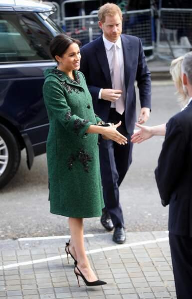 Meghan Markle,très enceinte et radieuse en manteau vert