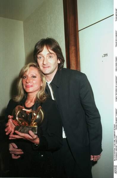 ... le 13 février 1996, la chanteuse reçoit la Victoire d'artiste interprète de l'année.