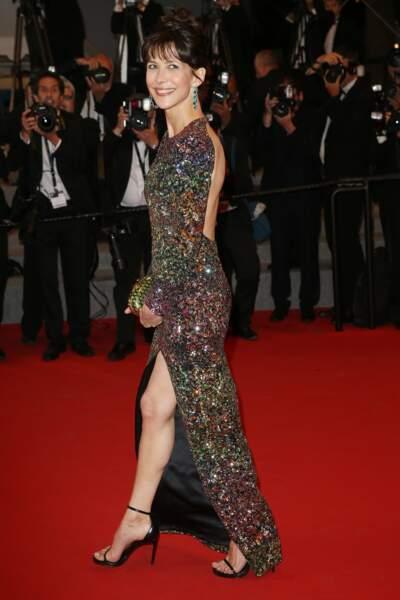 Sophie Marceau en 2015 en robe pailletée fendue avec décolleté dos