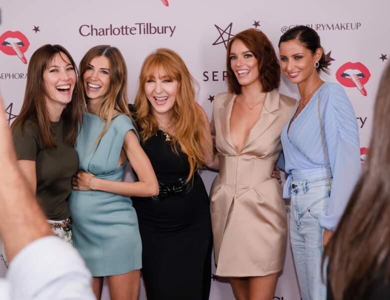 La créatrice pose avec une partie de la famille Miss France