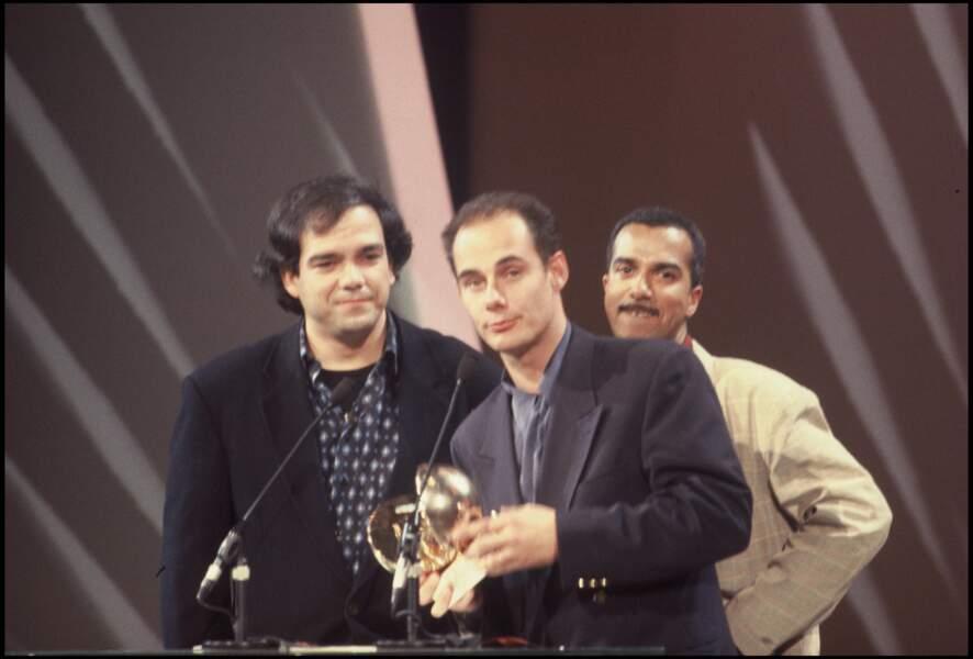 """Les Inconnus reçoivent une Victoire de la musique en 1992 pour le clip """"Auteuil, Neuilly, Passy""""."""