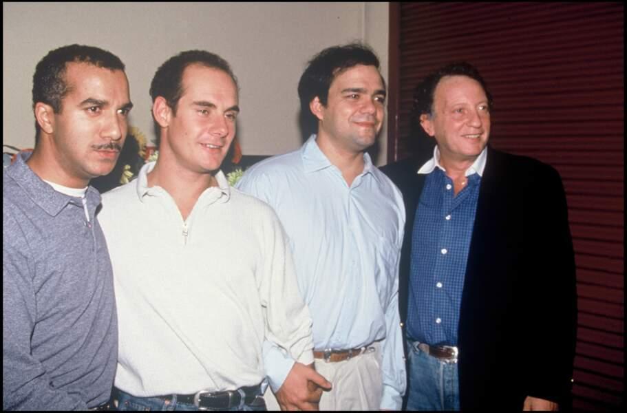 Les Inconnus avec leur producteur Paul Lederman à la première de leur spectacle en 1993.