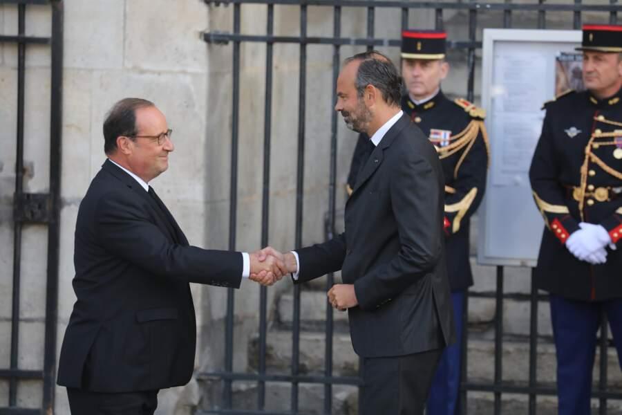 De même qu'un autre ancien chef de l'État, François Hollande, en train de saluer Edouard Philippe.