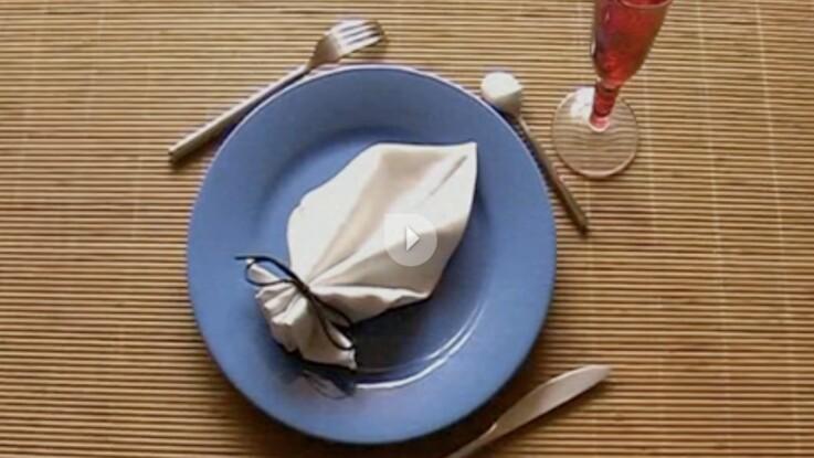 Le pliage de serviette en forme de feuille
