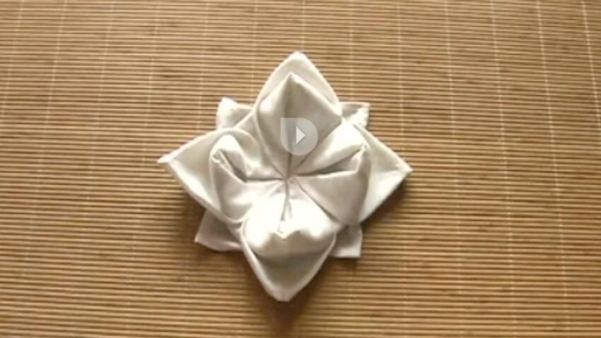 Le pliage de serviette en forme de lotus