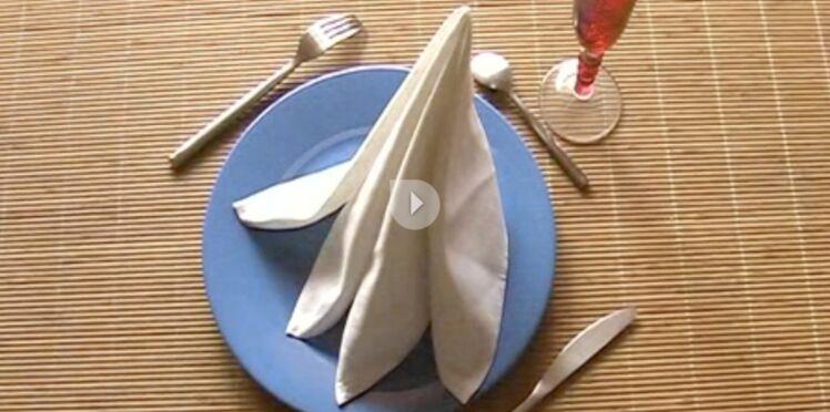 Le pliage de serviette en forme de pyramide