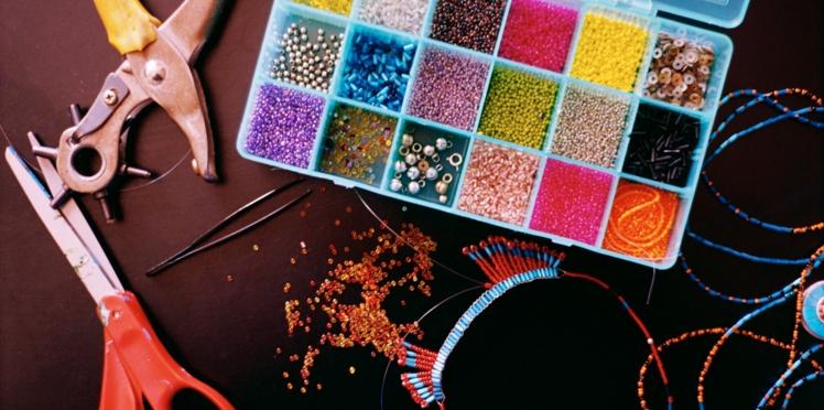 Réaliser un collier de perles en vidéo
