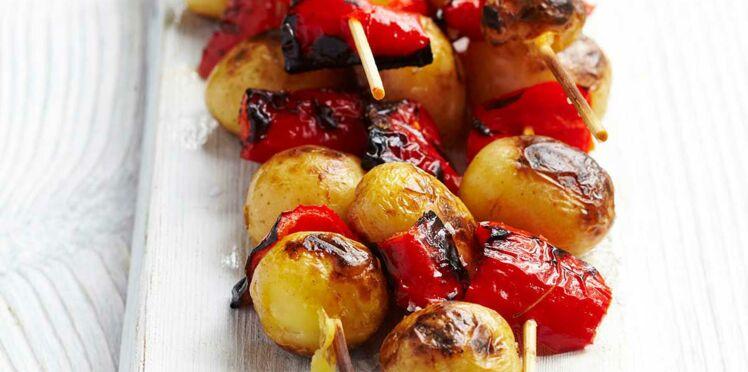 Pommes de terre grenailles et poivrons rôtis en brochette