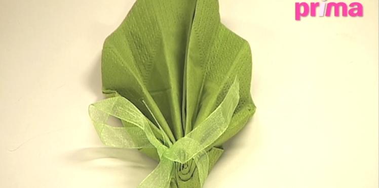 Pliage de serviette en forme de feuille