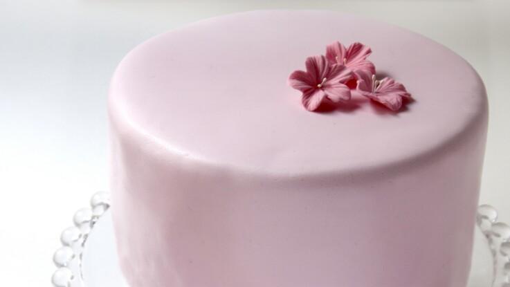 Vidéo : Comment décorer un gâteau avec de la pâte à sucre