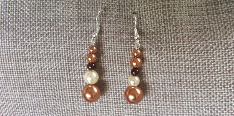 Des boucles d'oreilles en perles mordorées
