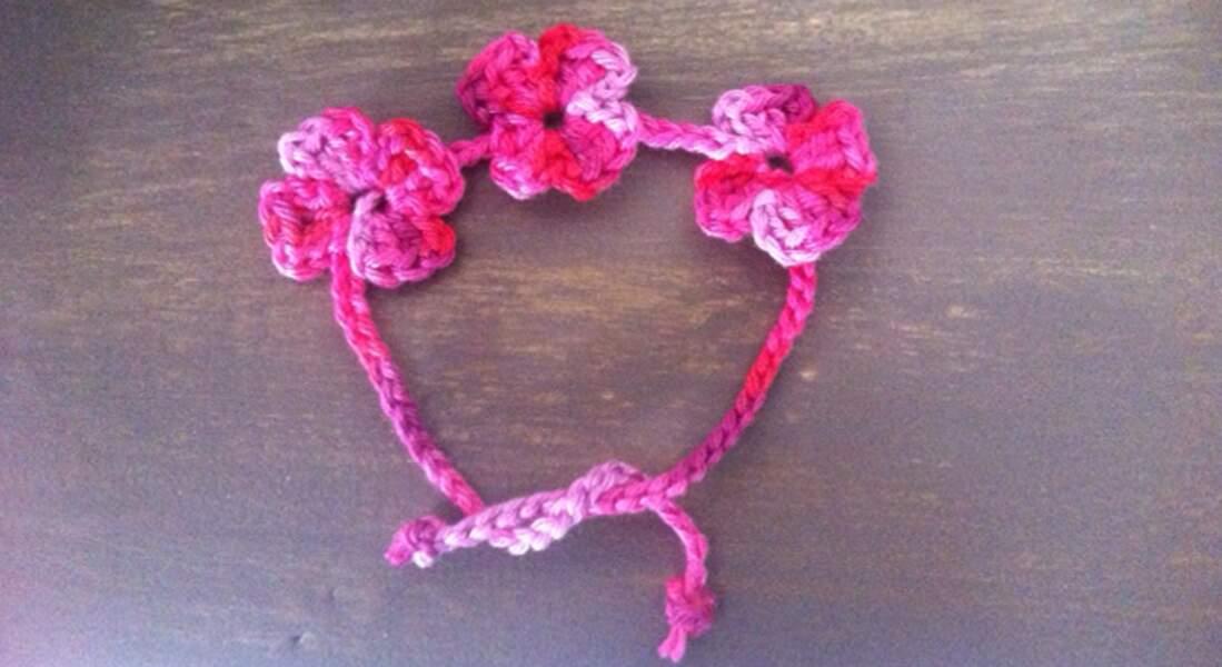 Un bracelet guirlande de fleurs au crochet