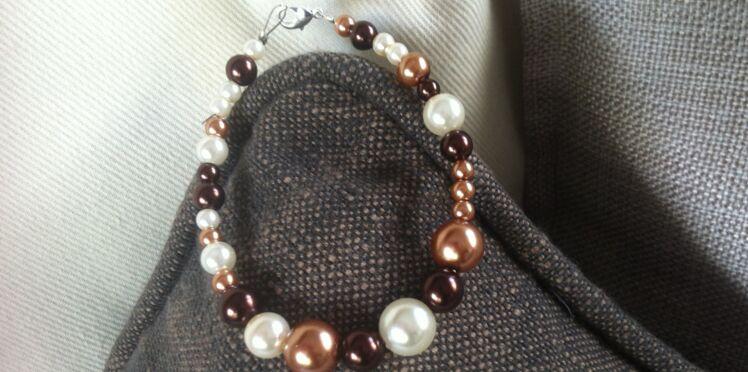 Un bracelet en perles mordorées