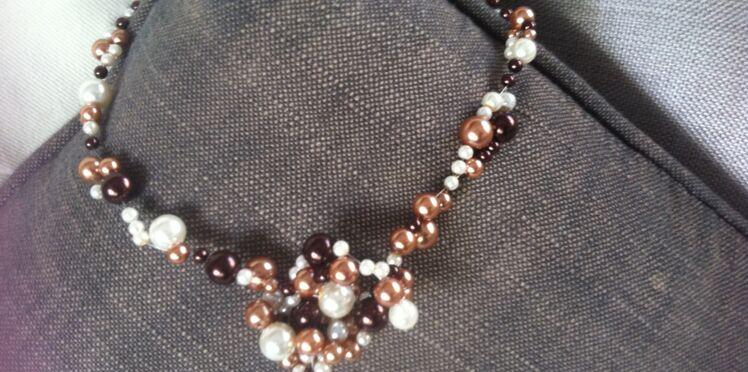 Un collier ras de cou en perles mordorées