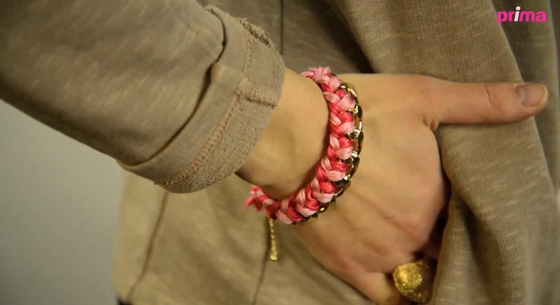 Un bracelet tressé sur une chaîne