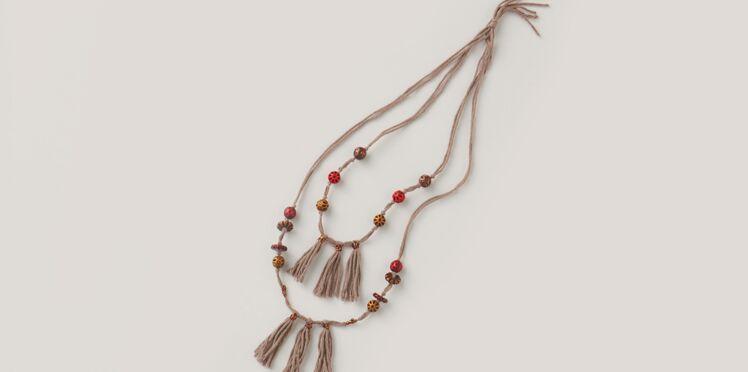 Un collier à pompons