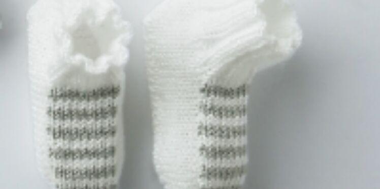 Les chaussons blancs rayés gris