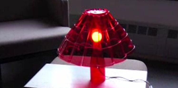 Une lampe avec des bouteilles en plastique