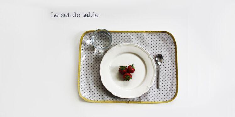 Un set de table avec du tissu enduit