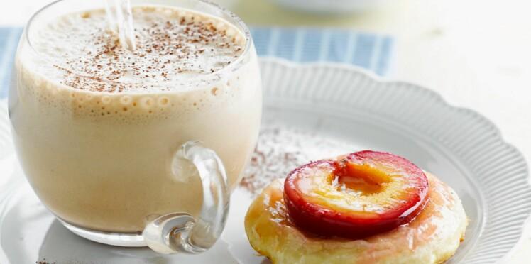 Tartelettes aux prunes et café latte