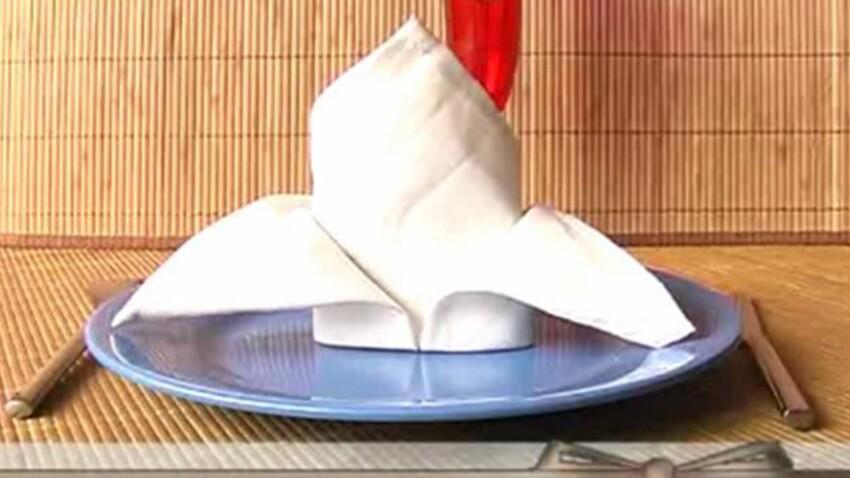 Pliage de serviette en forme de chapeau d'évêque