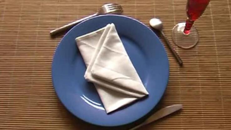 Pliage de serviette en forme d'enveloppe