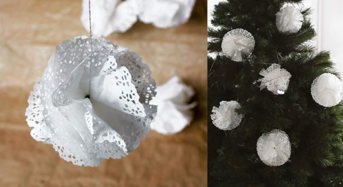 Des boules de Noël en papier façon flocons