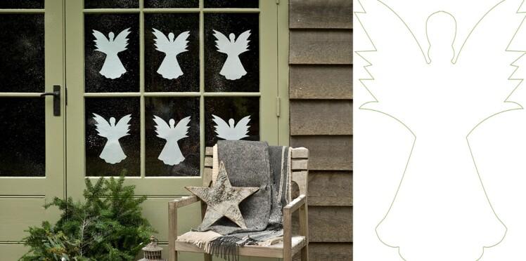 Des anges en papier à la fenêtre