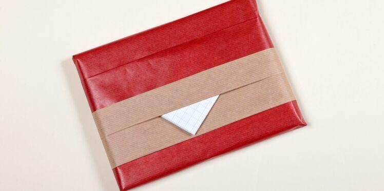 Un paquet cadeau avec un pli enveloppe