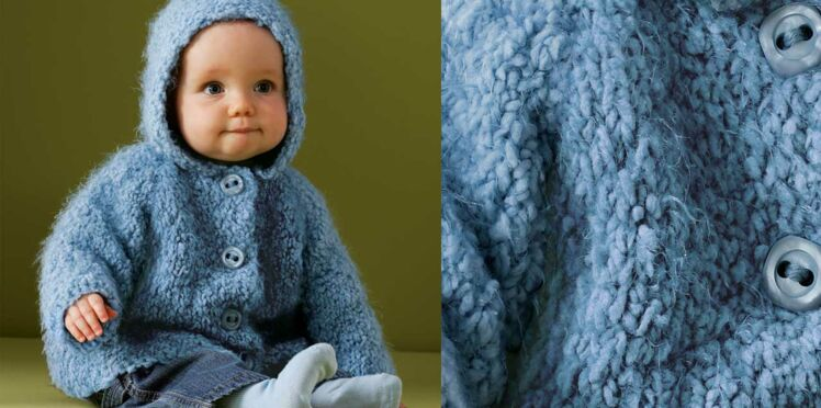 Le blouson à capuche layette au point mousse