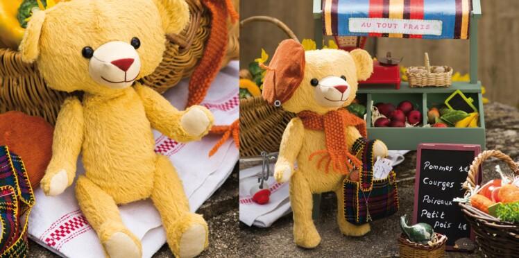 Un ours en peluche avec écharpe et béret