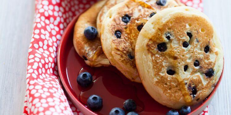Pancakes aux myrtilles et crème fouettée au sirop d'érable